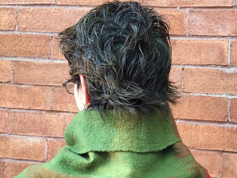 Cuello abierto corto, de lana merino y detalles en seda, con broche