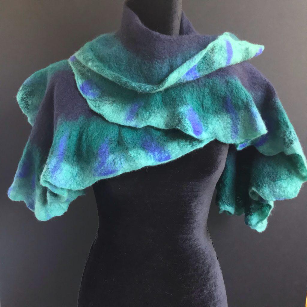 Una bufanda de lana con holanes